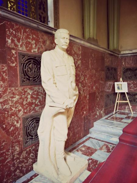 Kip na ulazu u muzej