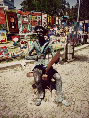 I takvih stvarčica ima po cijelom gradu.....uz kipiće muzičara se svira, uz kipiće slikara se slika, uz kipiće prosjaka se prosi...